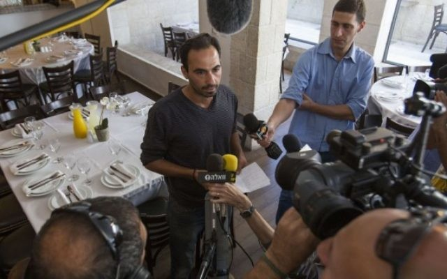 Le propriétaire du restaurant Terasa, situé au Centre Menahem Begin à Jérusalem, parle à la presse le 30 octobre 2014, (Crédit : Noam Revkin Fenton / Flash90)