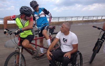 Gabriel Cordel discutant avec les cyclistes Ofer Eisenberg et Nir Caspi le 29 septembre 2014 (Crédit : Renee Ghert-Zand)