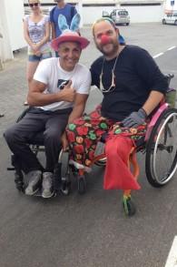 Gabriel Cordell (à gauche) et Amir Bartura en clown sur la dernière étape de Tel Aviv (Crédit : Renee Ghert-Zand)