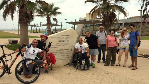 Gabriel Cordell et ses supporters sur la ligne d'arrivée le 29 septembre 2014 (Crédit : Autorisation de RollWithMe.org)