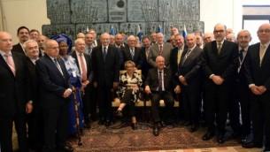 Président Reuven Rivlin accueille la deuxième Conférence mondiale des consuls honoraires pour Israël dans sa résidence officielle à Jérusalem, le 27 octobre, 2014. (Crédit : Haim Zach / GPO)