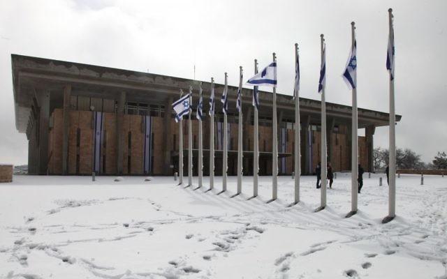 La Knesset sous la neige de décembre 2013 (Crédit : Flash 90)