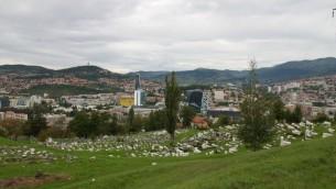 Le cimetière juif de Sarajevo avec le Musée national visible au milieu des arbres. (Crédit : Moti Tufeld)