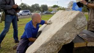 Roye Greenwald assiste à la découverte d'une inscription romaine à Jérusalem (Crédit : Moti Tufeld)