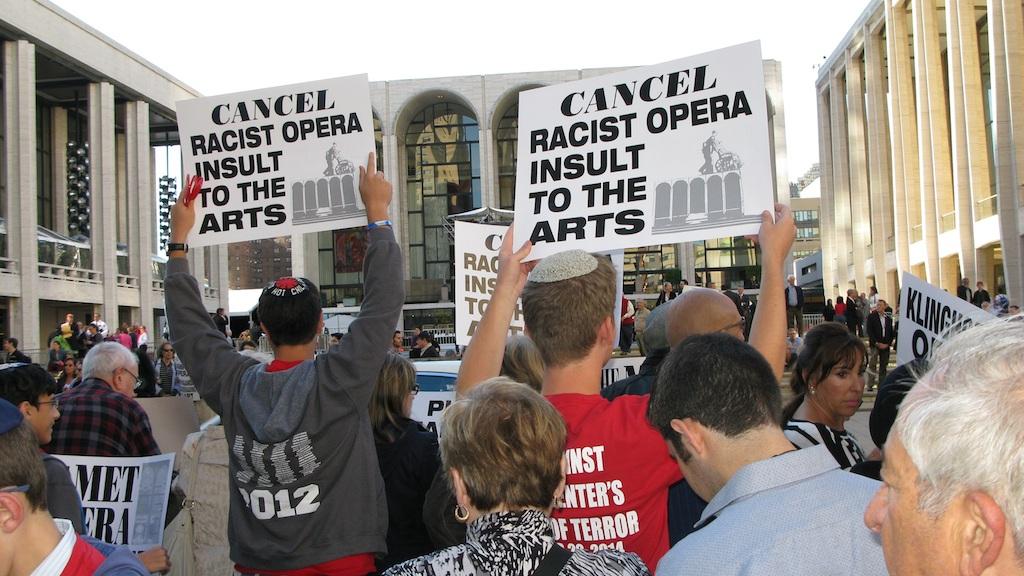 """Les manifestants lors de l'évènement organisé pour protester contre la décision du Met de produire """"La Mort de Klinghoffer"""" le 22 septembre 2014 (Crédit : Raffi Wineburg)"""
