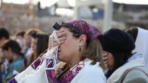 Les membres des Femmes du Mur faisant les prières du Rosh Hodesh au mur Occidental le 4 décembre 2013 (Crédit photo: Hadas Parush / Flash90)
