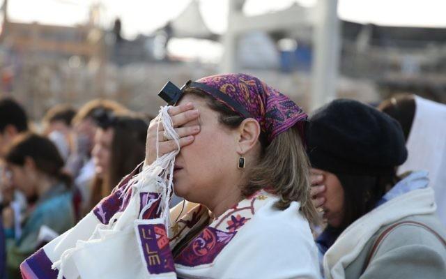Les membres des Femmes du Mur, avec taliths et téfilins, pour les prières du Rosh Hodesh au mur Occidental, le 4 décembre 2013. (Crédit : Hadas Parush/Flash90)