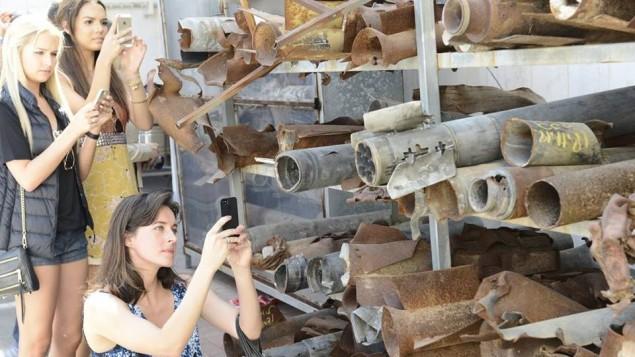 Les reines de beauté prenant en photo des roquettes de Gaza tombées sur Israël (Crédit : Face of Israel/Facebook)