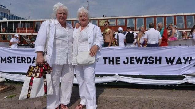 Louise, à gauche, et Martine Fokkens à la gay pride d'Amsterdam gay pride parade le 2 août 2014 (crédit : Cnaan Liphshiz/JTA)