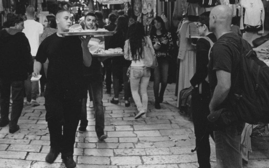 'Lunch delivery, Arab market, Jerusalem' [livraison d'une commande, marché arabe, Jérusalem] (Crédit : Paul Margolis)