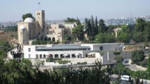 Vue sur le centre Menachem Begin (Crédit : CC BY-SA 3.0 by Deror Avi/ Wikimedia Commons)