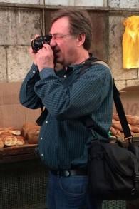Paul Margolis en plein shooting au marché Mahane Yehuda à Jerusalem le 21 octobre 2014 (Crédit : Renee Ghert-Zand)
