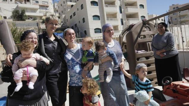 Rencontre entre l'ancienne députée Anastasia Michaeli et les femmes juives résidant à Beit Yehonatan dans le quartier arabe de Silwan à Jérusalem Est le 12 octobre 2010 (Crédit : Miriam Alster/Flash90)