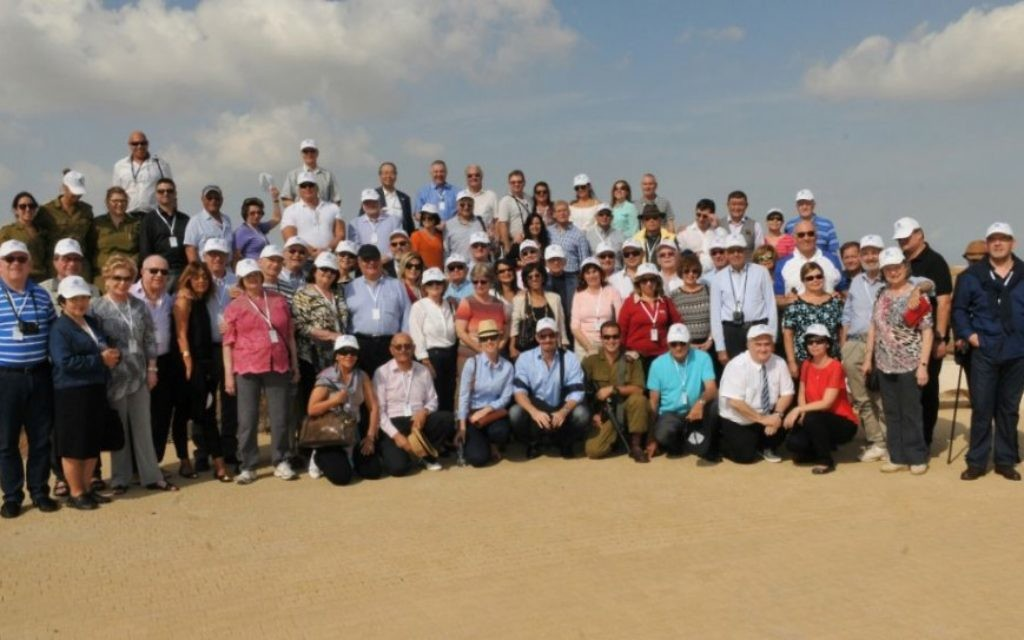 Les consuls honoraires d'Israël en visite près de la frontière de Gaza, le 28 octobre 2014 (Crédit : Shlomi Amsalem)