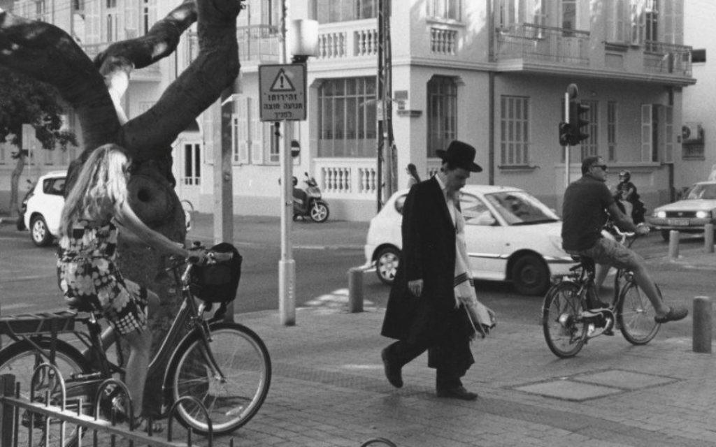 'Street scene in Tel Aviv' [Une scène dans une rue de Tel Aviv] (Crédit : Paul Margolis)
