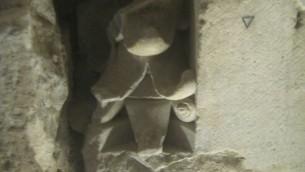 Un chapiteau de croisé construit par les Mamelouks (Crédit : Ilan Ben Zion/Times of Israel staff)