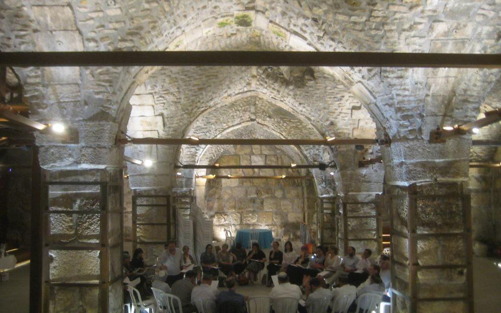 Une partie de l'auberge médiévale, ou khan, construite en 1337 par les Mamelouks (Crédit : Ilan Ben Zion/Times of Israel staff)