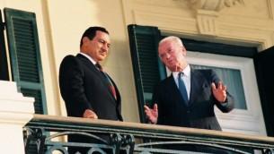 Le Premier ministre israélien Yitzhak rencontre le président égyptien Hosni Moubarak dans le palais présidentiel à Alexandrie, en Egypte. 19 septembre 1993 (Crédit : Yossi Zamir / Flash90)