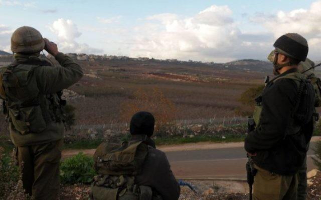 Des soldats israéliens postés à la frontière libanaise en 2009 (Crédit : Hamad Amalkt/Flash 90)