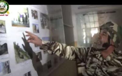 Un combattant de l'armée syrienne libre pointe du doigt des photographies d'officiers russes en visite dans un centre de renseignement secret sur les hauteurs du Golan syrien (Capture d'écran YouTube)