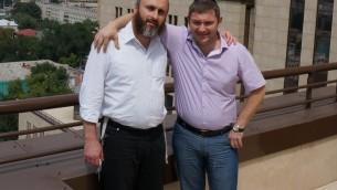 Le directeur de la communauté juive à Dnepropetrovsk Zelig Brez, à gauche, avec un membre du conseil de la communauté sur le toit du Centre Menorah, le 15 juillet, 2014 (Crédit : Cnaan Liphshiz / JTA)