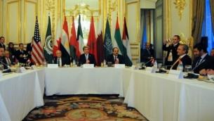 Le Secrétaire d'Etat américain John Kerry (centre) donne une réunion sur l'Initiative de paix arabe à Paris, France, le 12 janvier 2014 (Crédit : Département d'État des États-Unis)