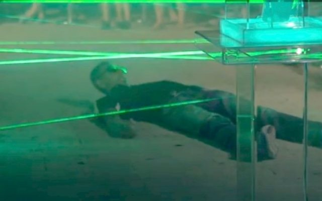 Un très agile Israélien essayant de battre le labyrinthe de laser LG à Tel Aviv (Crédit : autorisation)