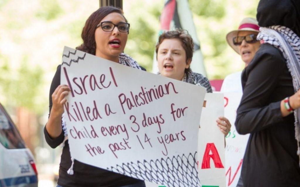 Manifestants anti-israéliens lors d'un rassemblement tenu à Boston lors de l'opération Bordure protectrice cet été (Crédit : Elan Kawesch)