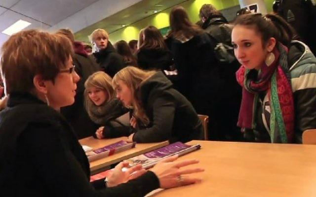 Des étudiants de l'université de Liège en discussion avec des conseillers (Crédit : capture d'écran YouTube)