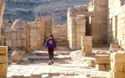 Marcher dans l'ancienne ville de Mamshit (Crédit : Shmuel Bar-Am)