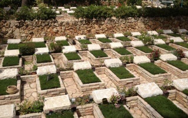 Des tombes datant de la guerre de Kippour (Crédit : Mitch Ginsburg/Times of Israel)