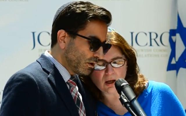 Le rabbin Gil Steinlauf et Batya Steinlauf à un rassemblement pour Israël (Capture d'écran : YouTube/IsraelForever)