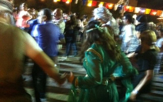 Des Juifs kurdes dansent au cours de la célébration de Saharana pendant la fête de Souccot (Crédit : Lazar Berman/Times of Israel)