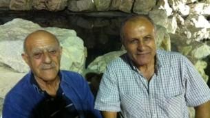 Yossi Mizrahi (à droite) et un ami lors de la célébration de Saharana (Crédit : Lazar Berman/Times of Israel)