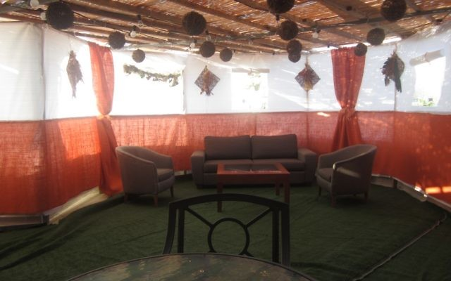 Les suites privées de l'hôtel Inbal à Jérusalem à 50 000 dollars pour quatre personnes pour les fêtes de Souccot. (Crédit : Ben Ventes / JTA)