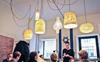 A l'intérieur d'un café appelé Tel Aviv Cafe à Varsovie, dont le menu est plein de mets israéliens comme le falafel et la Limonana. (Crédit : autorisation Tel Aviv Café)