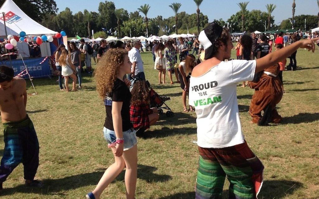 Des Israéliens assistent à une fête de végétalien à Tel-Aviv, le 13 octobre 2014 (Crédit : Ben Ventes / JTA)