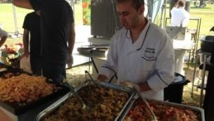 Les fournisseurs offrant de la nourriture vegan au festival de Tel Aviv, le 13 octobre 2014 (Crédit : Ben Ventes / JTA)