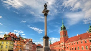 Vue sur la ville de Varsovie (Crédit : http://www.shutterstock.com/pic-142865488/stock-photo-old-town-in-warsaw-poland-the-royal-castle-and-sigismund-s-column-called-kolumna-zygmunta.html?src=dt_last_search-5
