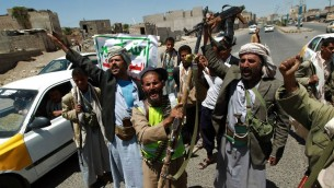 Des rebelles de l'armée yéménite chiite Houthi anti-gouvernementaux - le 21 septembre, 2014 (Crédit : AFP / Mohammed Huwais)