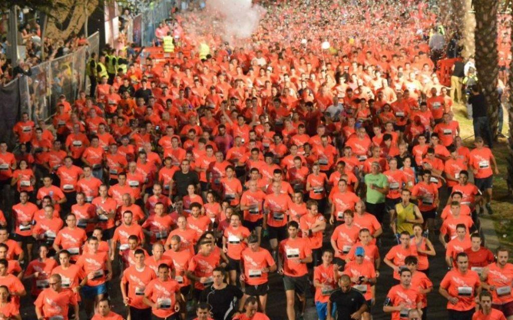 Des centaines de coureurs au Tel Aviv Night Run - 2013 (Crédit : Mairie de Tel Aviv)