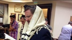 Dov Lipman en train de prier à Bnei Torah - 19 novembre 2014 (Crédit : autorisation)