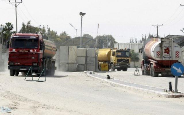 Les camions transportant du carburant pour la bande de Gaza entrent dans la ville de Rafah par le passage de Kerem Shalom, entre Israël et le sud de Gaza, le 16 mars 2014. (Crédit : Saïd Khatib/AFP)