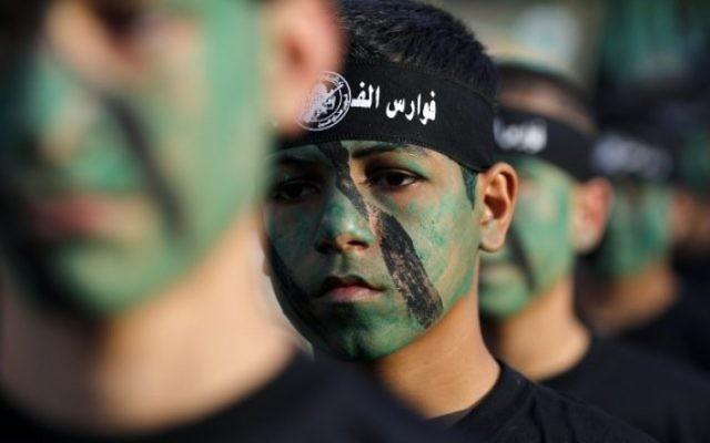 Les jeunes membres de l'Armée populaire du Hamas dans un défilé lors d'une cérémonie de remise des diplômes à Jabaliya, dans le nord de la bande de Gaza, le 7 novembre, 2014. (Crédit photo: AFP / Mohammed Abed)