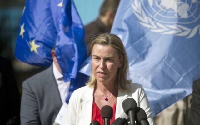 Federica Mogherini adresse un discours alors qu'elle visite une école de l'ONU dans la bande de Gaza le 8 novembre 2014. (Crédit : AFP / MAHMUD HAMS)