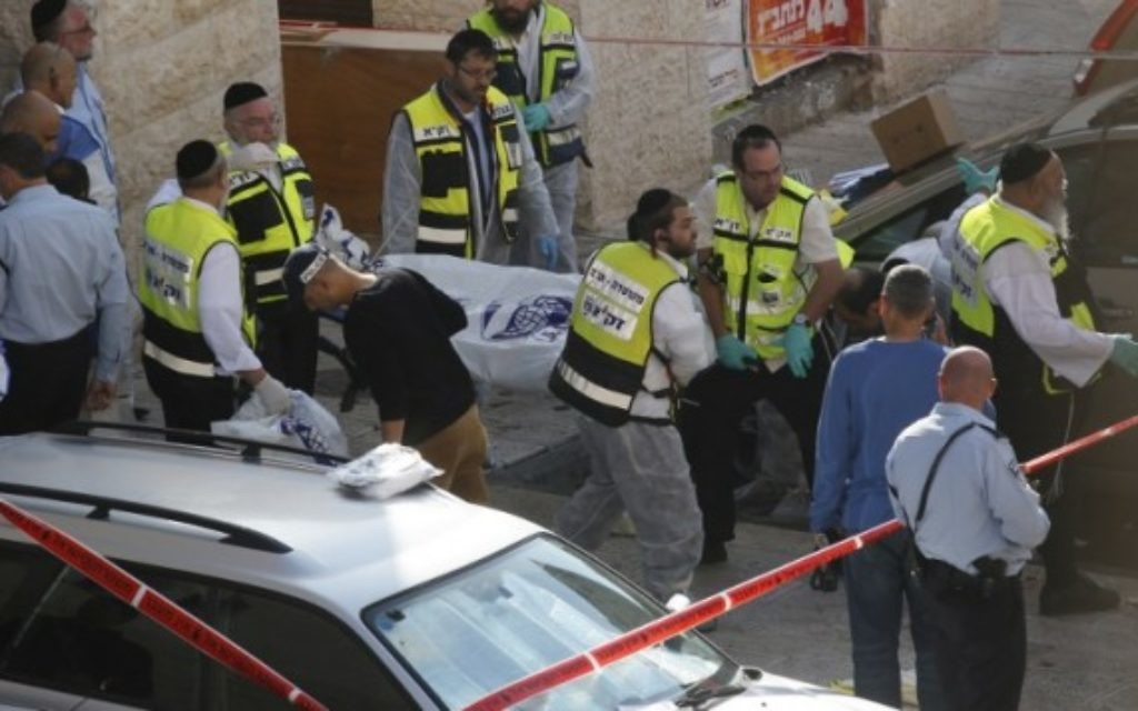 La police israélienne et des secouristes en dehors de la synagogue Kehilat Yaakov à Jérusalem après une attaque terroriste il le 18 Novembre, 2014. (Crédit : Yonatan Sindler / FLASH90)