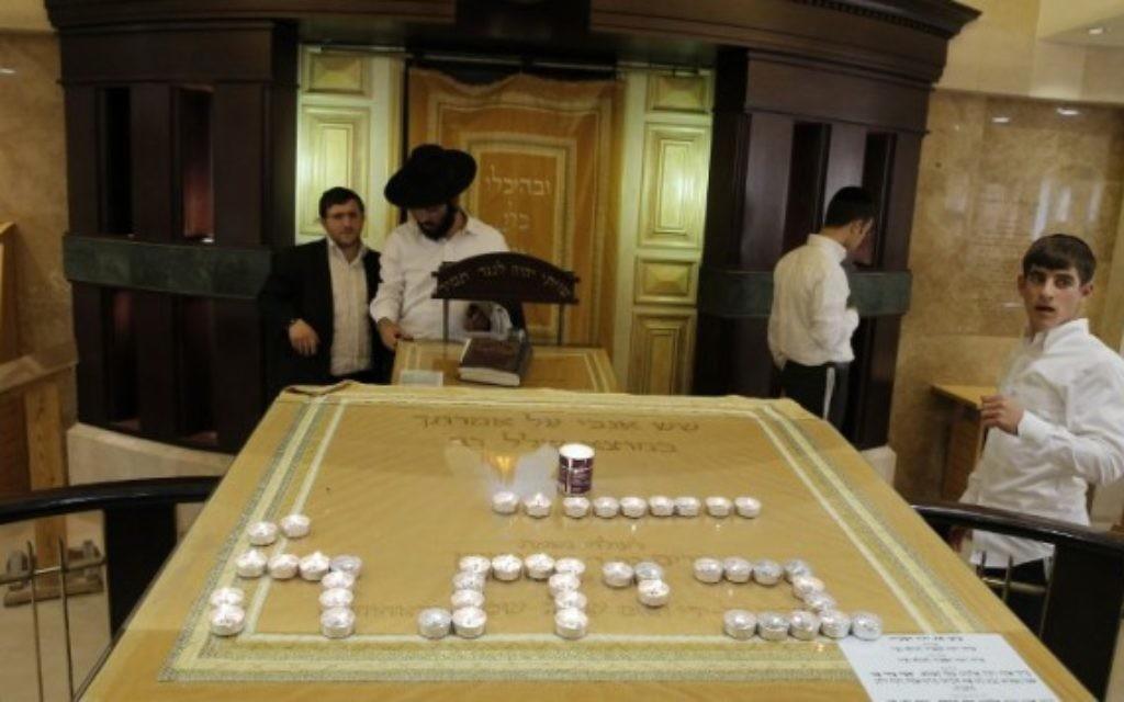 Des bougies à la mémoire des victimes de l'attaque terroriste contre la synagogue d'Hart Nof (Crédit : Flash 90)