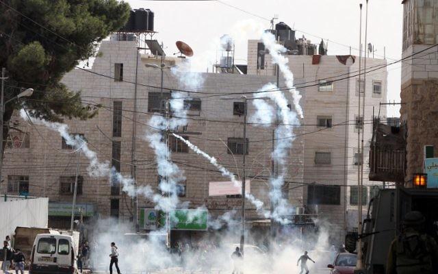 Émeutes à Hébron - le 14 novembre 2014 (Crédit : AFP PHOTO/ HAZEM BADER)