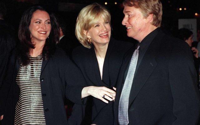 """Le cinéaste Mike Nichols (d) arrive avec sa femme, Diane Sawyer (C), et sa fille Daisy (g) à la première mondiale de son film à Los Angeles """"Primary colours"""" en 199! (Crédit : AFP)"""