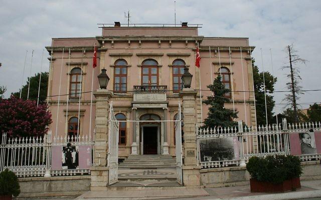 Façade de la grande synagogue d'Erdine (Crédit : domaine public)